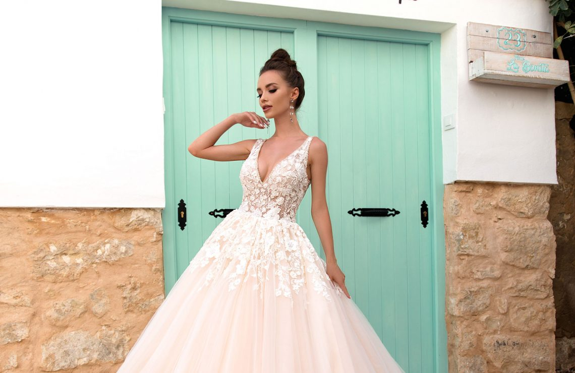сватбена рокля, булчинска рокля, булчински рокли, сватбени рокли, булчински рокли с ръкави, булченски рокли, булчински рокли с дантела, булчински рокли с гол гръб, обемни булчински рокли, булчински рокли принцеса, цветни булчински рокли, евтини булчински рокли, бели булчински рокли, булчински рокли с шлейф, bulchinski rokli, svatbeni rokli, bulchenski rokli, булчински рокли с пайети, булчински рокли с тънки презрамки, булчински рокли А-линия, булчински рокли бюстие, булчински рокли от сатен, сатенени булчински рокли, булчински рокли русалка, тесни булчински рокли, булчински рокли по тялото, нова колекция булчински рокли, нови булчински рокли, булчински рокли 2020, модерни булчински рокли, булчински рокли с паднали рамене, булчински рокли с паднали ръкави, булчински рокли с паднали ръкави, блестящи булчиснки рокли, булчински рокли с V-образно деколте, булчинска рокля от тюл, булчинска рокля с ресни, булчинска рокля с допълнителна пола, булчинска рокля от две части, булчинска рокля с изчистена пола, испански булчински рокли, украински булчински рокли, булчински рокли с брокат