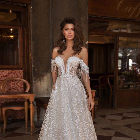 сватбена рокля, изящна сватбена рокля, булчинска рокля, булчински рокли, сватбени рокли, булчински рокли с ръкави, булченски рокли, булчински рокли с дантела, булчински рокли с гол гръб, обемни булчински рокли, булчински рокли принцеса, цветни булчински рокли, евтини булчински рокли, бели булчински рокли, булчински рокли с шлейф, bulchinski rokli, svatbeni rokli, bulchenski rokli, булчински рокли с пайети, булчински рокли с тънки презрамки, булчински рокли А-линия, булчински рокли бюстие, булчински рокли от сатен, сатенени булчински рокли, булчински рокли русалка, тесни булчински рокли, булчински рокли по тялото, нова колекция булчински рокли, нови булчински рокли, булчински рокли 2020, модерни булчински рокли, булчински рокли с паднали рамене, булчински рокли с паднали ръкави, булчински рокли с паднали ръкави, блестящи булчиснки рокли, булчински рокли с V-образно деколте