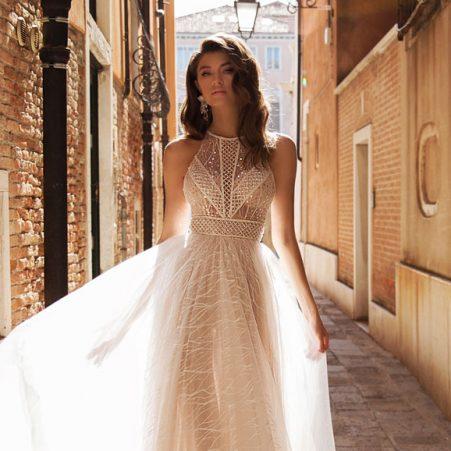 сватбена рокля, булчинска рокля, ефектна сватбена рокля, булчински рокли, сватбени рокли, булчински рокли с ръкави, булченски рокли, булчински рокли с дантела, булчински рокли с гол гръб, обемни булчински рокли, булчински рокли принцеса, цветни булчински рокли, евтини булчински рокли, бели булчински рокли, булчински рокли с шлейф, bulchinski rokli, svatbeni rokli, bulchenski rokli, булчински рокли с пайети, булчински рокли с тънки презрамки, булчински рокли А-линия, булчински рокли бюстие, булчински рокли от сатен, сатенени булчински рокли, булчински рокли русалка, тесни булчински рокли, булчински рокли по тялото, нова колекция булчински рокли, нови булчински рокли, булчински рокли 2020, модерни булчински рокли, булчински рокли с паднали рамене, булчински рокли с паднали ръкави, булчински рокли с паднали ръкави, блестящи булчиснки рокли, булчински рокли с V-образно деколте