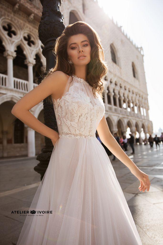 булчински рокли, сватбени рокли, булчински рокли с ръкави, булченски рокли, булчински рокли с дантела, булчински рокли с гол гръб, обемни булчински рокли, булчински рокли принцеса, цветни булчински рокли, евтини булчински рокли, бели булчински рокли, булчински рокли с шлейф, bulchinski rokli, svatbeni rokli, bulchenski rokli, булчински рокли с пайети, булчински рокли с тънки презрамки, булчински рокли А-линия, булчински рокли бюстие, булчински рокли от сатен, сатенени булчински рокли, булчински рокли русалка, тесни булчински рокли, булчински рокли по тялото, нова колекция булчински рокли, нови булчински рокли, булчински рокли 2020, модерни булчински рокли, булчински рокли с паднали рамене, булчински рокли с паднали ръкави, булчински рокли с паднали ръкави, блестящи булчиснки рокли, булчински рокли с V-образно деколте, булчинска рокля от тюл