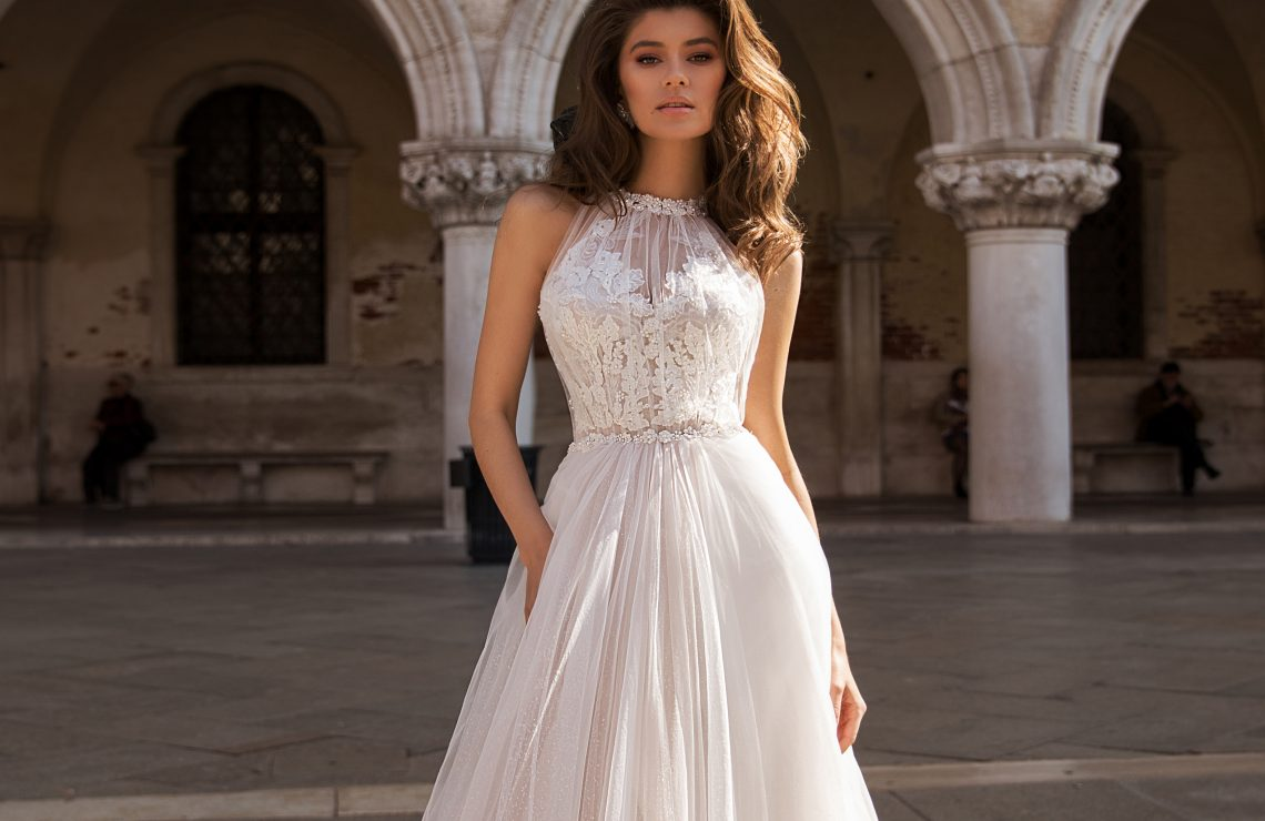 сватбена рокля, булчинска рокля, булчински рокли, сватбени рокли, булчински рокли с ръкави, булченски рокли, булчински рокли с дантела, булчински рокли с гол гръб, обемни булчински рокли, булчински рокли принцеса, цветни булчински рокли, евтини булчински рокли, бели булчински рокли, булчински рокли с шлейф, bulchinski rokli, svatbeni rokli, bulchenski rokli, булчински рокли с пайети, булчински рокли с тънки презрамки, булчински рокли А-линия, булчински рокли бюстие, булчински рокли от сатен, сатенени булчински рокли, булчински рокли русалка, тесни булчински рокли, булчински рокли по тялото, нова колекция булчински рокли, нови булчински рокли, булчински рокли 2020, модерни булчински рокли, булчински рокли с паднали рамене, булчински рокли с паднали ръкави, булчински рокли с паднали ръкави, блестящи булчиснки рокли, булчински рокли с V-образно деколте