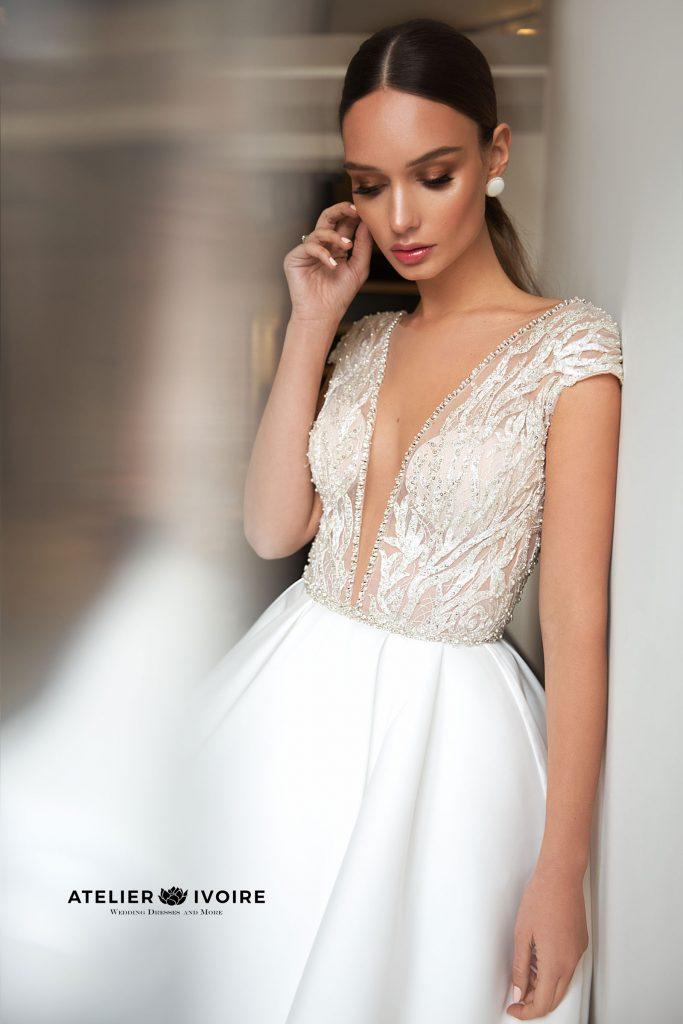 красива сватбена рокля от сатен, сватбена рокля, булчинска рокля, булчински рокли, сватбени рокли, булчински рокли с ръкави, булченски рокли, булчински рокли с дантела, булчински рокли с гол гръб, обемни булчински рокли, булчински рокли принцеса, цветни булчински рокли, евтини булчински рокли, бели булчински рокли, булчински рокли 2020, сватбени рокли 2020, колекции 2020, сватбени рокли софия, булчински рокли софия, сватбени рокли цени, булчински рокли цени