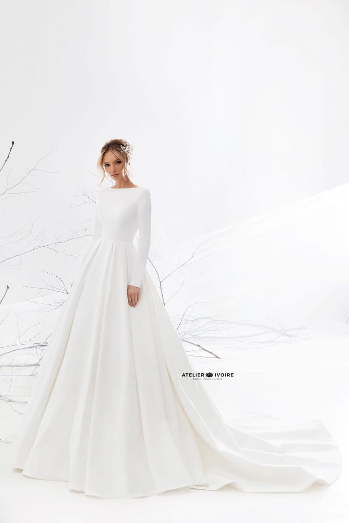 изчистена и стилна сватбена рокля, сватбена рокля, булчинска рокля, булчински рокли, сватбени рокли, булчински рокли с ръкави, булченски рокли, булчински рокли с дантела, булчински рокли с гол гръб, обемни булчински рокли, булчински рокли принцеса, цветни булчински рокли, евтини булчински рокли, бели булчински рокли, булчински рокли 2020, сватбени рокли 2020, колекции 2020, сватбени рокли софия, булчински рокли софия, сватбени рокли цени, булчински рокли цени